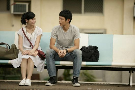 高中主人公柯景腾和沈佳宜长椅坐在考入不同高中,毕业火车站的大学上男女吗毕业谢娜图片