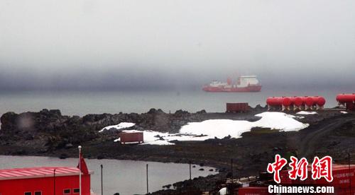 """资料图:当地时间1月1日6时30左右,""""雪龙""""号科考船顺利抵达中国南极长城站。记者 康东海 摄"""