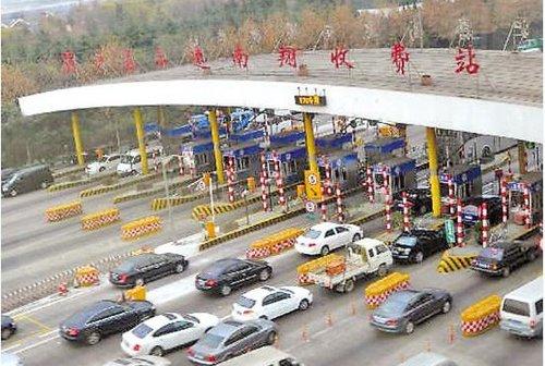 去年12月29日,车辆排队等候通过上海沪嘉高速南翔收费站