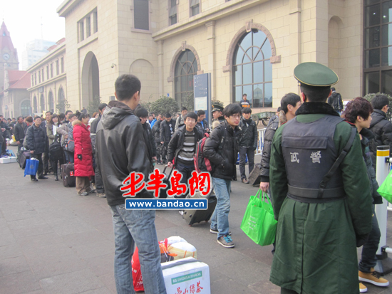 青岛火车站东候车厅外武警维持排队秩序
