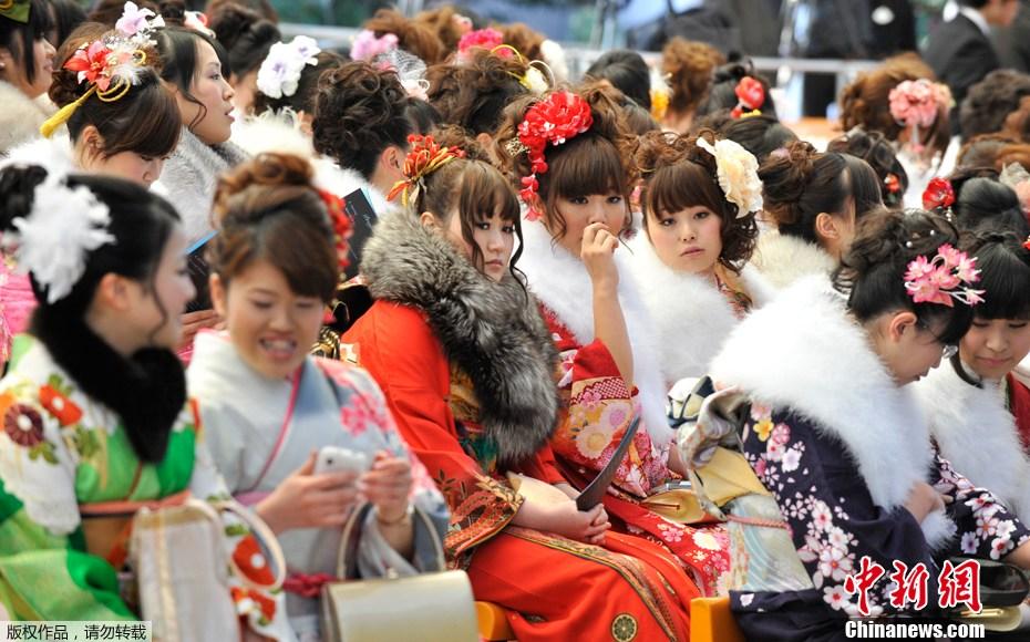 成人淫乐园_日本东京迪斯尼乐园,大约1200名日本少女身着传统和服参加成人礼庆典.