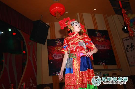 来自景洪的聋哑女孩谢芙蓉(右一)获组委会颁发特别推荐奖。记者朱仁严/摄