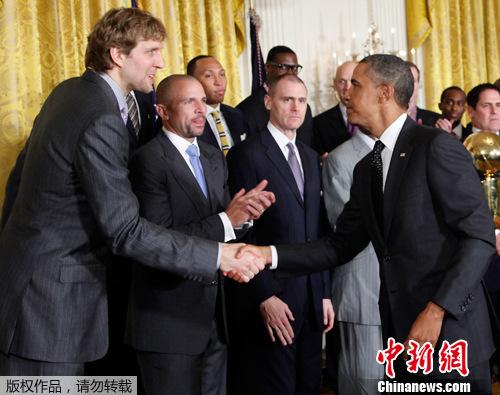 奥巴马白宫接见nba总冠军小牛队 获赠23号球衣(组图)
