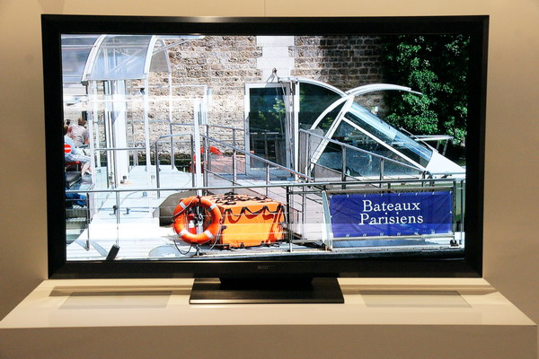 """索尼在2012CES上展示采用全新自发光式显示技术的55英寸""""Crystal LED Display""""1080高清电视原型机。实现在明亮环境下约3.5倍的更高对比度、约1.4倍的更宽色域、约10倍的更快视频相应速度"""