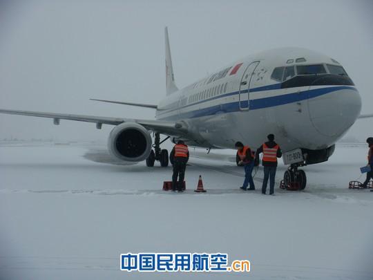 新疆机场机务接手国航经停乌机场航班保障任务(组图)