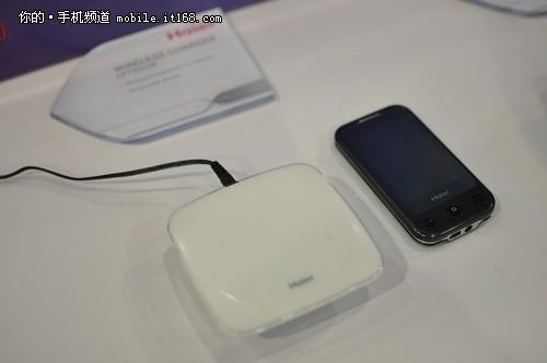 白色的就是无线充电板 可以为海尔的手机无线充电