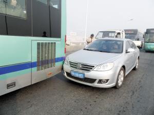 昨日本市出现大雾,受此影响,交通事故频发。