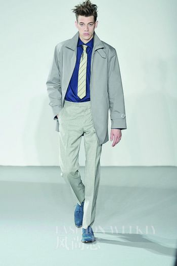 戴普/Agnès b.这件领带加衬衣与风衣的配搭最简单而有效,是商务装的...