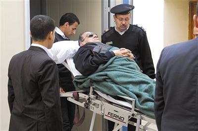 1月2日,开罗,埃及前总统穆巴拉克躺在担架上离开法庭。