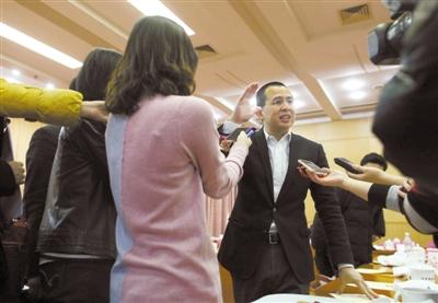 昨日,北京会议中心,港澳委员李泽楷接受媒体采访。本报记者 薛珺 摄