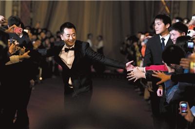 黄海波与红毯两边的观众握手