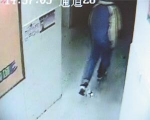自拍自偷厕所_监控录像记录下了犯罪嫌疑人冲进厕所和偷了包后冲出厕所的场面.