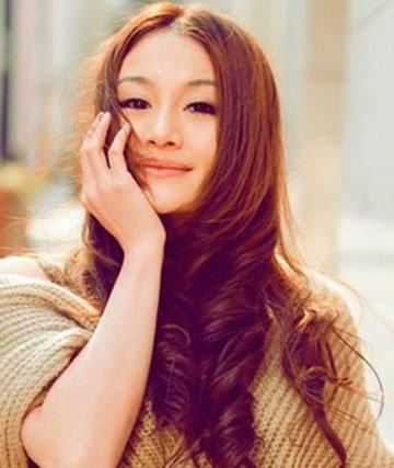 齐刘海卷发   齐刘海的卷发时尚经典,修饰脸型,深栗色的发色在图片
