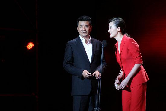 孙淳、小宋佳在2011搜狐电视剧盛典现场为优胜者颁奖