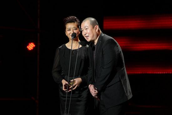 导演马进和江珊在2011搜狐电视剧盛典现场为优胜者颁奖