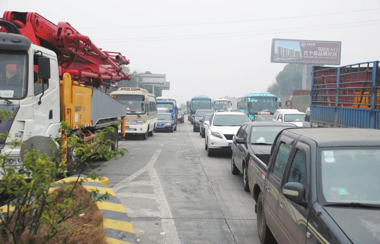 春节临近,自驾返乡或出游的车辆令高速公路和国道上的车流量明显增加.