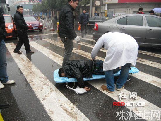 长沙一男子过马路猝然倒地身亡 医院近在咫尺抢救未及
