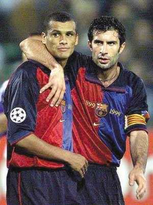 同样出生于1972年的菲戈(右)早已离开绿茵场,而快到40岁不惑之年的里瓦尔多(左)将到非洲继续自己的足球梦。
