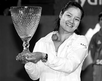李娜手举亚军奖杯。