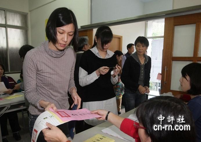 1月4日,周美青携两个女儿在马英九的老家台北市文山区投票,保镖随从。