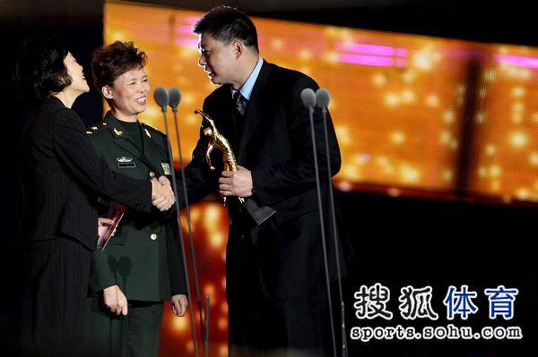 俞觉敏与孙晋芳握手