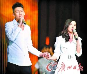 孙悦与演员宋佳合唱。