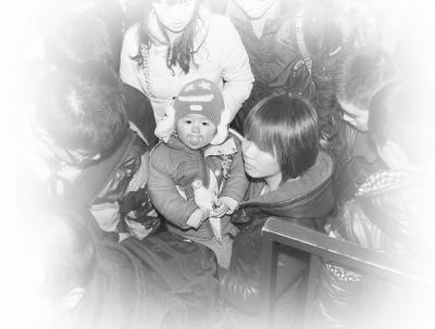 所有图片均为与父母赶火车的孩子。本报记者杨慧峰摄于北京站