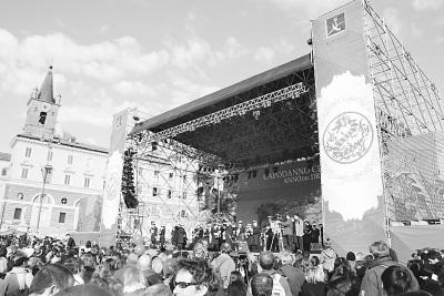 图为罗马人民广场上的龙年庆新春活动现场