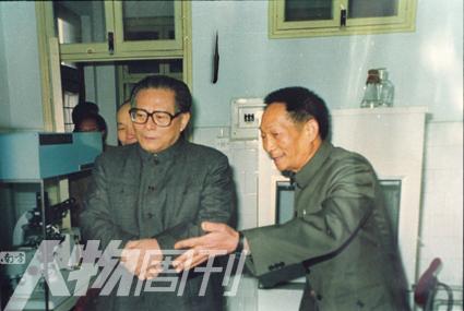 袁隆平向江泽民主席介绍杂交水稻研究