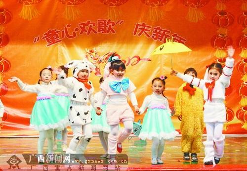 """亲子时装秀等丰富多彩的活动; 广西军区幼儿园开展""""童心欢歌庆新年"""""""