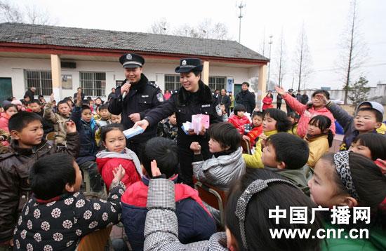 尧化流动人口子弟小学学生参加铁路安全知识问答-南京铁警走进打工
