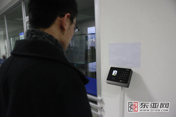 """人脸识别考勤机,""""打卡""""更方便 助理记者 王骁猛 摄"""
