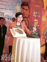 周杰伦马不停蹄到马来西亚及新加坡宣传电影《逆战》。