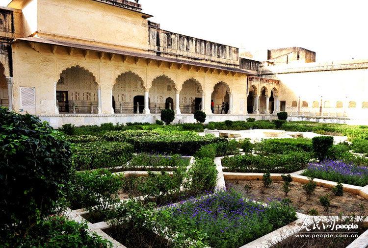 琥珀堡内的宫廷式花园(于世文摄)