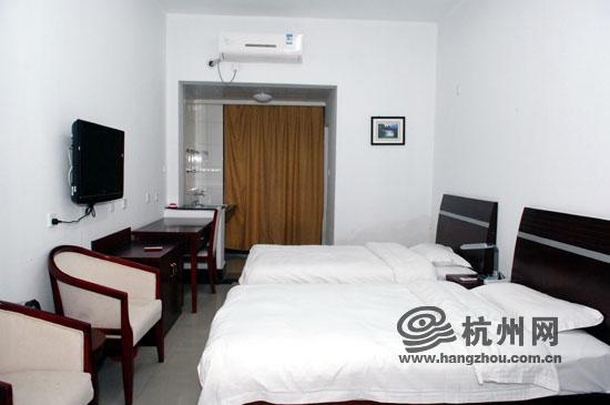 """涛声相随迎新春"""",浙江工商大学钱江湾生活区45号楼前,一幅大红对联图片"""