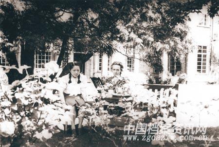 1946年,何泽慧与约里奥 居里夫人的合影