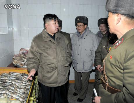 """金正恩视察部队 指示加强训练打造""""万能士兵""""(组图)"""