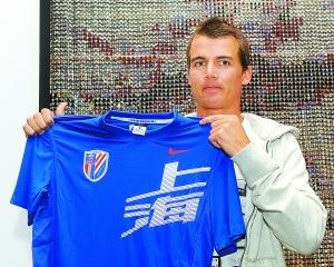 乔尔在申花俱乐部举办的新闻发布会上展示其新队服。