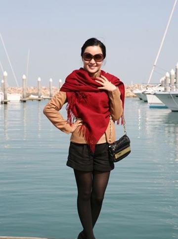 章艳结婚没_章艳,驼色外套搭配黑色短裤,黑色裤袜,黑色短靴,巧搭大红色披肩,优雅