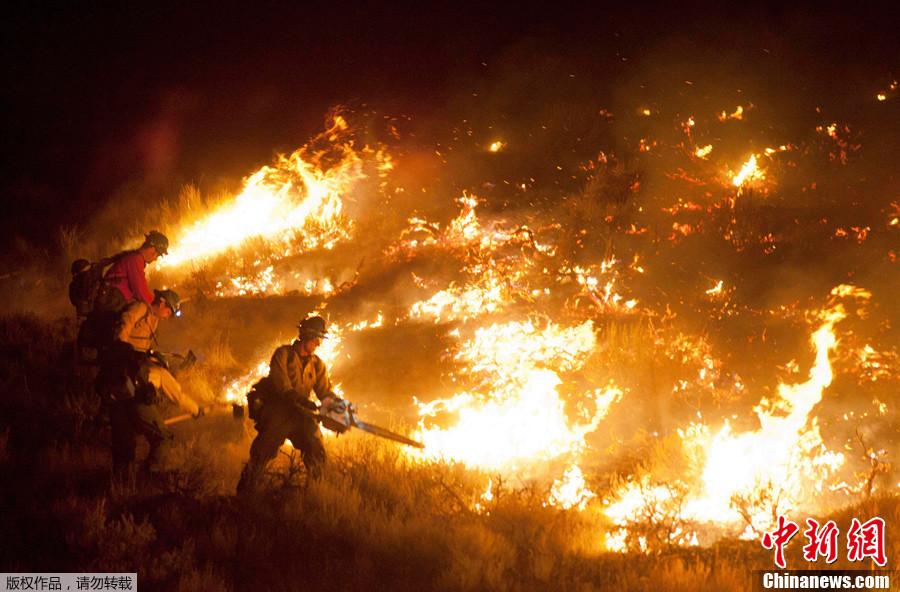 美国西部山林大火 20多栋住宅被毁(组图)