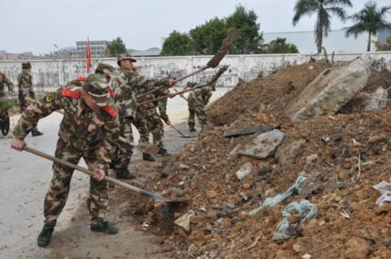 武警8730部队春节前夕组织助民劳动图片