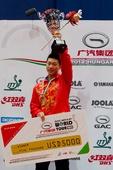 图文:[乒乓球]2012匈牙利赛 马龙举起冠军奖杯