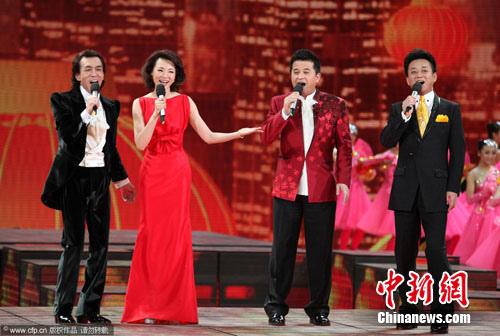 2012央视春晚现场:主持人李咏、董卿、毕福剑、朱军 cfp/CFP 摄 图片来源:CFP视觉中国
