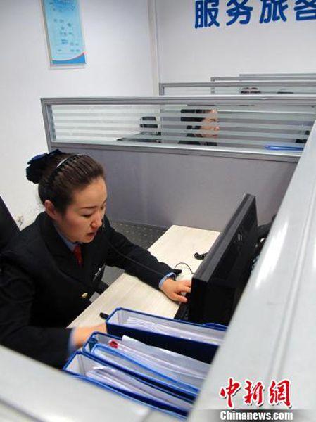 客服中心有20多名员工,拥有8个电话席位,提供自动和人工服务.