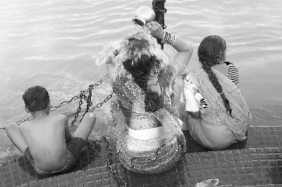 印度教信徒恒河沐浴图片