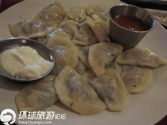 饺子对中国人来说可是再熟悉不过的了,如果说还有哪一个国家的人会像中国人一样爱吃饺子,那应当算是乌克兰人了。   在乌克兰,饺子可是当地人一种重要的传统美食,名叫Vareniki。每年当地都举办饺子节和各种吃饺子大赛。还曾经在饺子节上,厨师们当场制作了一个长1.6米,宽0.