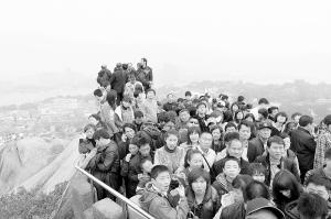 春节期间,日光岩顶上挤满了游客。黄晨颖 摄