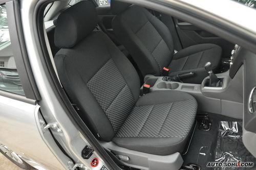 福克斯前排乘坐空间较好,除经典型外的车型都可以调节驾驶座椅高低.