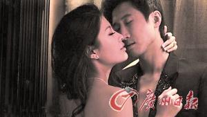 婚纱照中,洪天明穿着露胸西装,周家蔚搂着他作送香吻状,两人一脸甜蜜陶醉