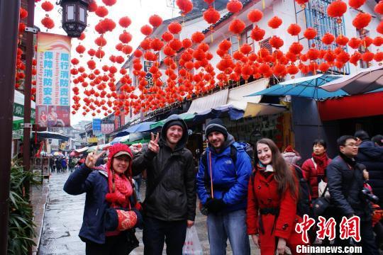 图为春节黄金周广西桂林阳朔西街张灯结彩过大年,吸引众多的外国游客。 容科彪 摄